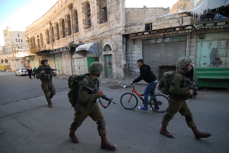An Israeli army patrol in Hebron 在希伯崙的以軍巡邏隊