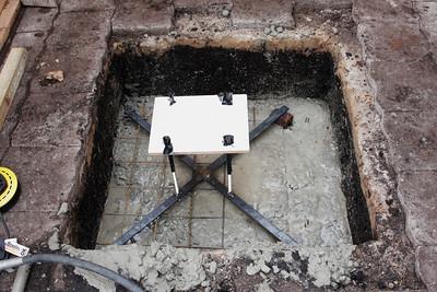 Het frame met de draadeinden wordt zo waterpas mogelijk op het betonijzer gelegd