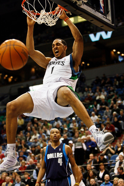 Minnesota's Ryan Hollins dunked the ball against the Dallas Mavericks. © STAR TRIBUNE