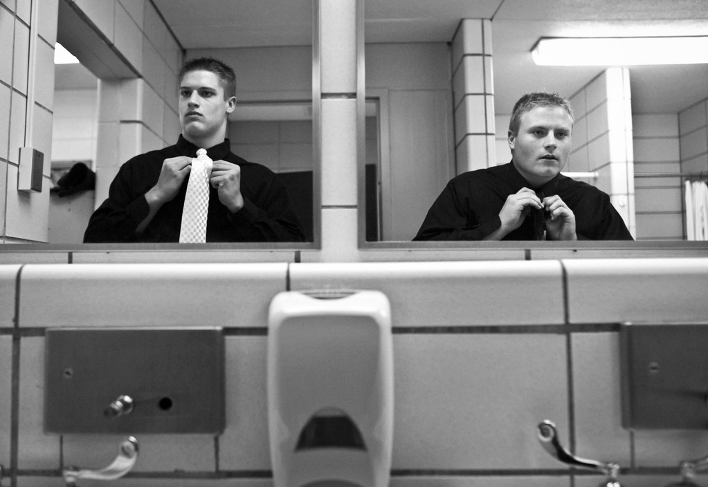 RENEE JONES SCHNEIDER • reneejones@startribune.com Farmington, MN - October 4, 2006 - Senior football players and homecoming court nominees Ben Froehling and Trey Davis get reading for the crowning ceremony in the bathroom in the lockerroom at Farmington High School Wednesday night.