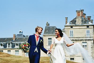 Les mariées devant le chateau