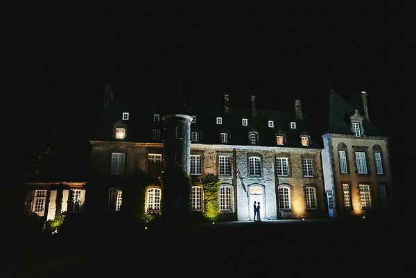 Les mariés devant le Chateau