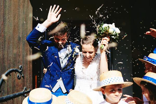 Les mariées sortent de l'église