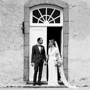 Photo noir et blanc du marié et sa mariée