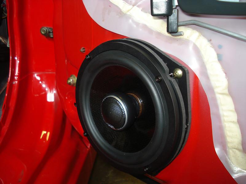 "Aftermarket speaker and speaker adapter bracket   from  <a href=""http://www.car-speaker-adapters.com/items.php?id=SAK033""> Car-Speaker-Adapters.com</a>   installed"