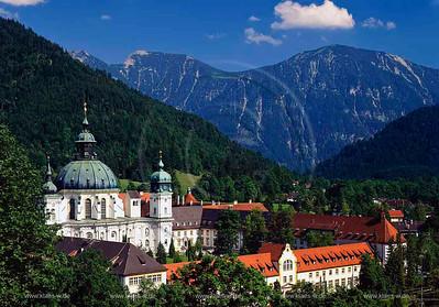 Ettal, Garmisch-Partenkirchen, Oberbayern, Werdenfelser Land, Blick auf Kloster Ettal mit Sicht auf Landschaft und Berge