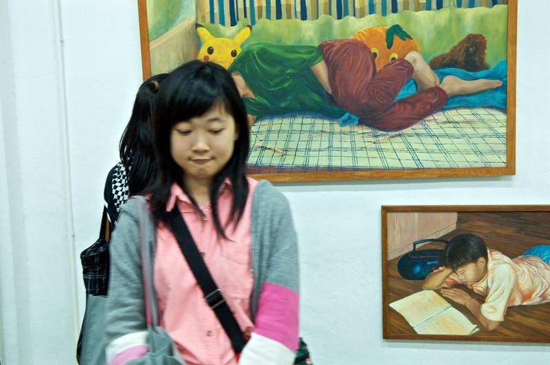 """Adolescente dans une galerie d'art du complexe """"Fotanian"""" à Fo Tan dans les Nouveaux Territoires. Hong Kong/Chine"""