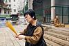 Une fidèle au visage torturé et un moine à l'entrée du temple de Tin Hau dans le quartier de Causeway Bay. Hong Kong/Chine