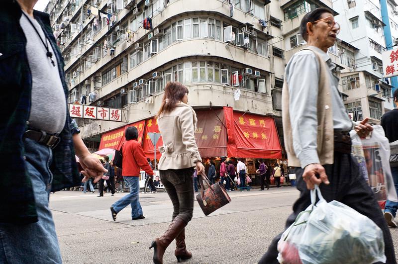 Passants dans une rue du quartier populaire de Sham Shui Po. Hong Kong/Chine