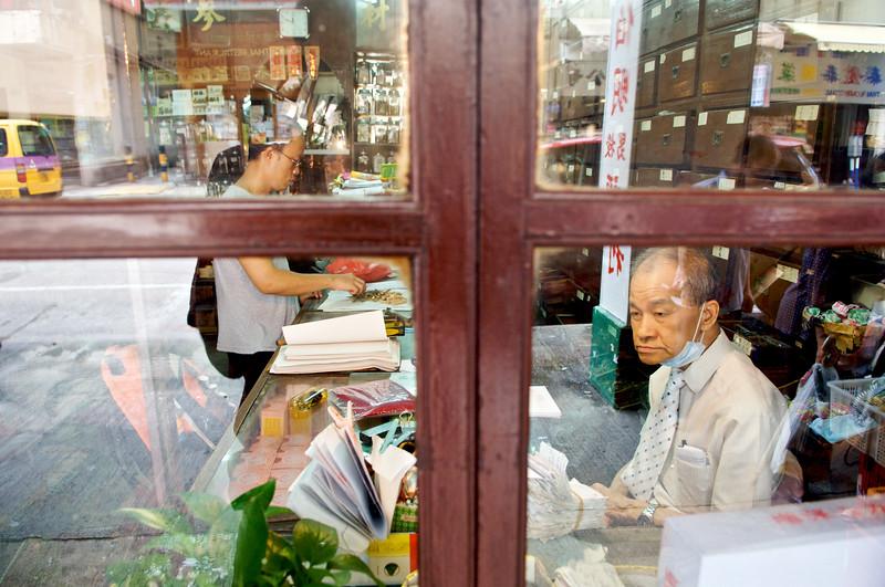 Un herboriste traditionnel dans son officine du quartier de Hung Hom. Hong Kong/Chine