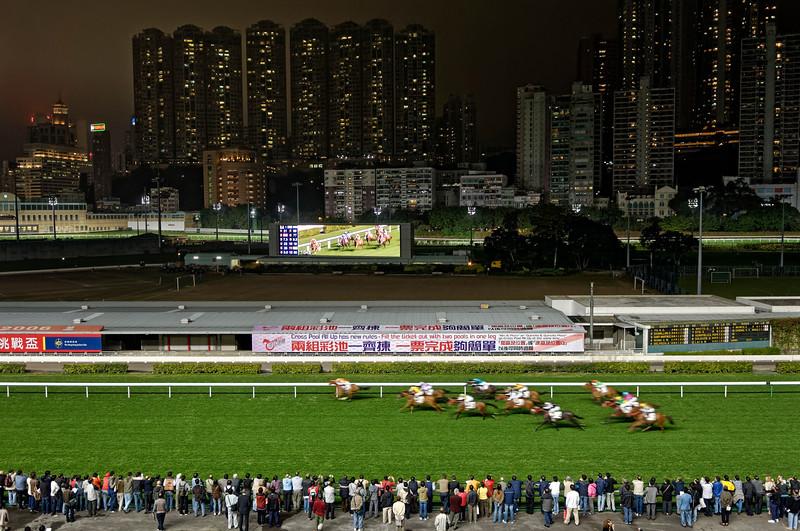 Course nocturne de chevaux à l'hippodrome de Happy Valley. Hong Kong/Chine