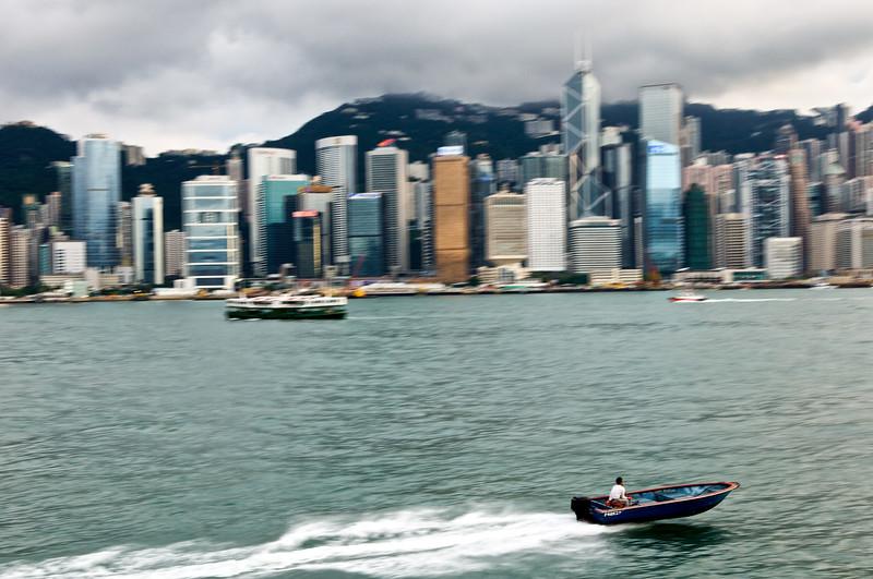 """Canot rapide filant devant les immeubles de la """"Skyline"""" de l'ile de Hong Kong. Hong Kong/Chine"""