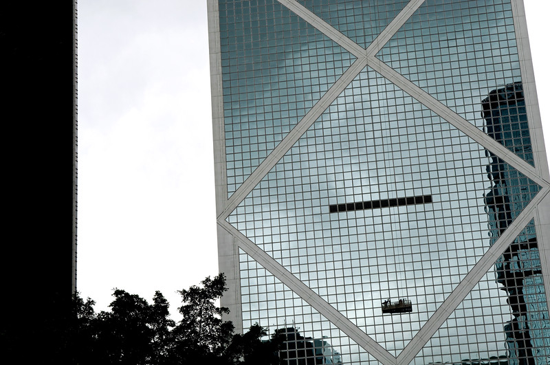 "Laveur de vitres suspendu à la façade de la ""Bank of China Tower"" dans le quartier d'Admiralty. Hong Kong/Chine"