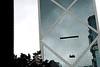 """Laveur de vitres suspendu à la façade de la """"Bank of China Tower"""" dans le quartier d'Admiralty. Hong Kong/Chine"""