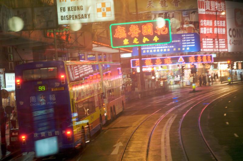 Une avenue de l'ile de Hong Kong vue du second étage d'un tram à impériale. Hong Kong/Chine