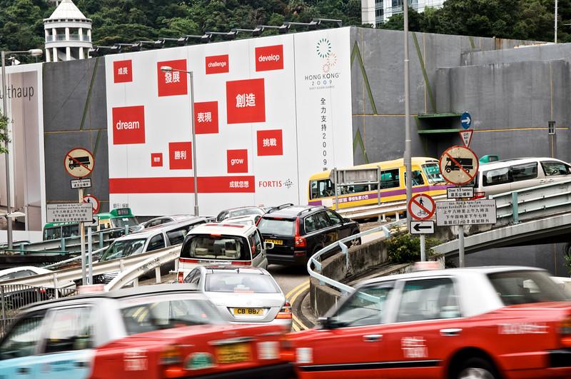 Le trafic sur un échangeur routier des hauteurs du quartier de Central. Hong Kong/Chine