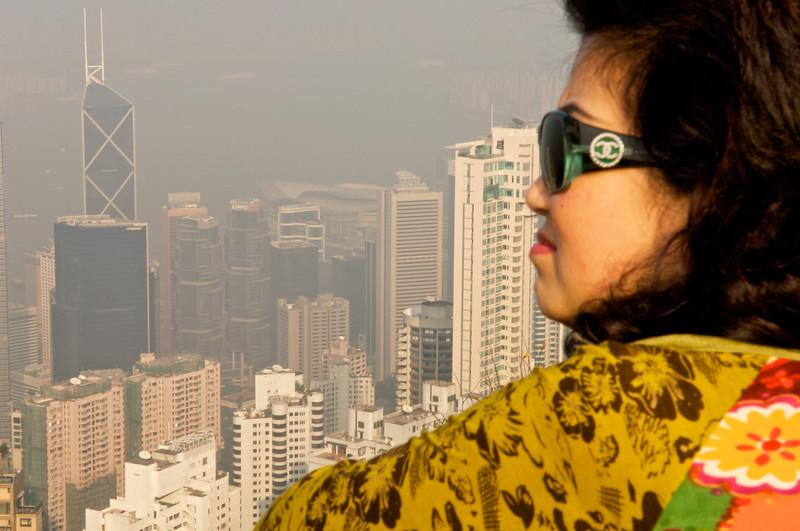 Une Hong-kongaise contemplant la ville du sommet de Victoria Peak. Hong Kong/Chine