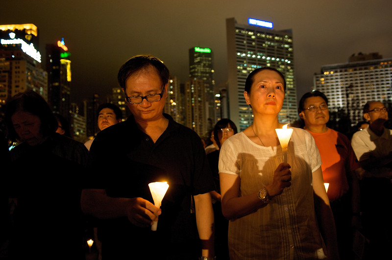 Un couple participant à la commémoration annuelle organisée à Victoria Park le soir du 4 juin en l'honneur des victimes du massacre de Tiananmen. Hong Kong/Chine