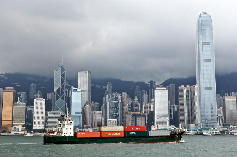 Un porte-conteneurs longeant les immeubles de la Skyline de l'ile de Hong Kong. Hong Kong/Chine