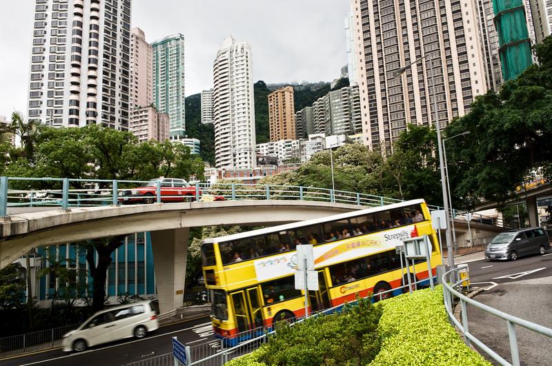 Le trafic au coeur des immeubles des hauteurs du quartier de Central. Hong Kong/Chine