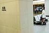 """Une femme sur un quai de la station de métro """"Hong Kong"""". Hong Kong/Chine"""