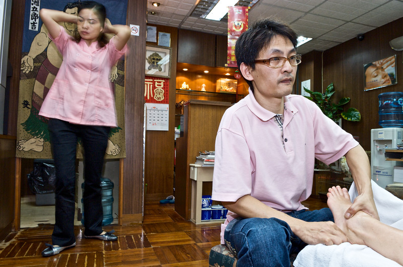 Séance de réflexologie au salon de massage Kwong Tai Foot à Tsim Sha Tsui. Hong Kong/Chine