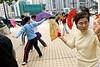Séance d'entrainement de shan wu (danse à l'éventail) sur un quai du port d'Aberdeen. Hong Kong/Chine