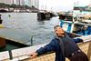 Un homme réalisant un exercice de décontraction sur un quai du port d'Aberdeen. Hong Kong/Chine