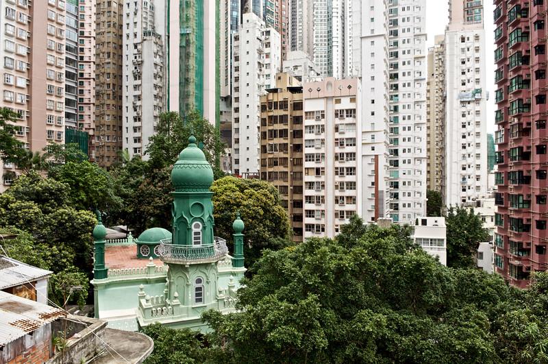Vue de la mosquée Jamia coincée entre les immeubles du quartier de Mid-Levels. Hong Kong/Chine