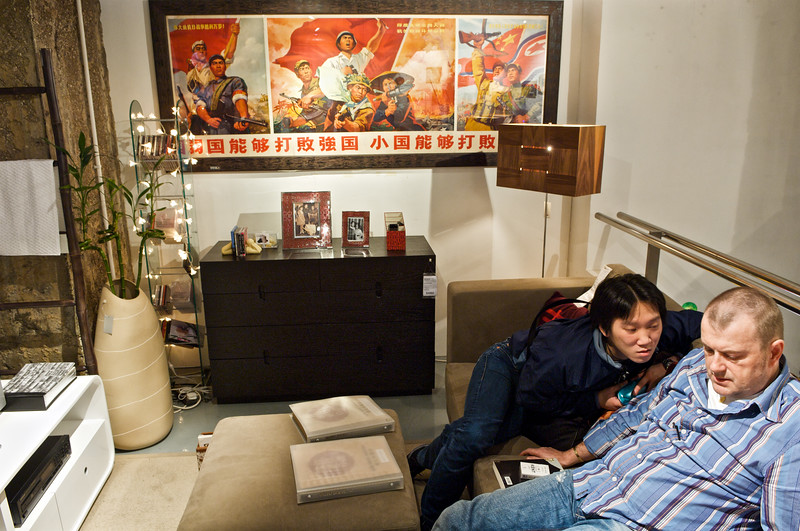 Deux clients essayant un canapé dans l'une des boutiques de la chaine de magasins de décoration d'intérieur GOD. Hong Kong/Chine