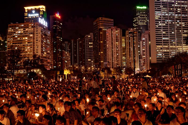 Foule rassemblée à Victoria Park le soir du 4 juin à l'occasion de la commémoration annuelle en l'honneur des victimes du massacre de Tiananmen. Hong Kong/Chine