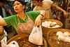 Vente frénétique de petits pains à l'occasion du Bun Festival sur l'ile de Cheung Chau. Hong Kong/Chine