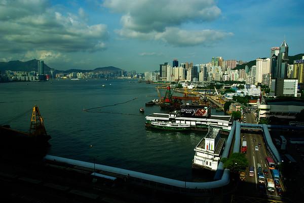 Po lewej Kowloon (dzielnica na polwyspie) a po prawej główna wyspa