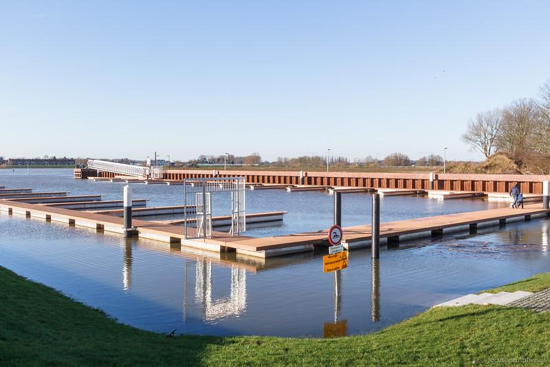 Hoog water in de jachthaven Noorderhaven