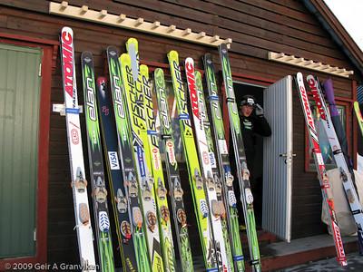 WC Vikersund dag 2 - Hoppskiene når ikke helt opp til skiholderne som er montert på veggen på skiftebuene...
