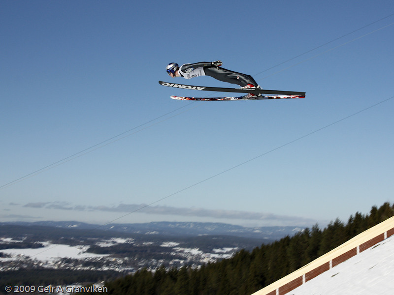Thomas Morgenstern obtains an impressive altitude above the hill! (Sunday 1st round)