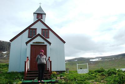 Kolbrún fyrir framan Staðarkirkju í Aðalvík