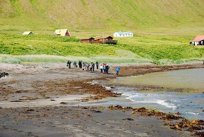 Göngumenn koma á land að Sæbóli.