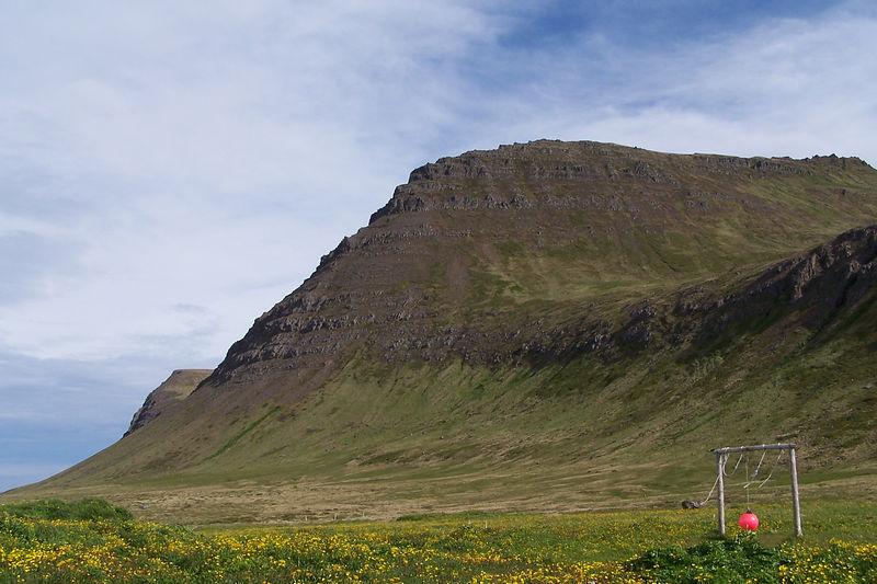 Horft að Miðfelli, sést í Hornklett.
