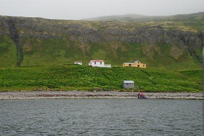 Hornvík - Horn. Hagerupshjáleiga (gufubaðið), Stígshús og Frímannshús. Sjávarhúsið í fjörunni. 2007