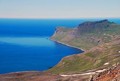 Horft út austanverða Hornvíkina, Hornið, Ystidalur, Miðfellið og Miðdalur. Stígshús og Frimannshús undir Miðdalnum.