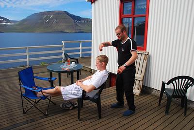 """Litli bróðir á rakarastofunni """"Klippt og skorið"""""""