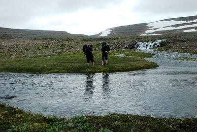 Áin var hvorki djúp né breið.
