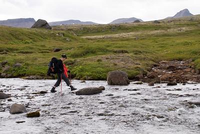 Þorbjörg stikar yfir Drífandisá