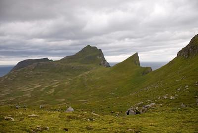 Miðfell í fjarska, Kálfatindar, Eilífstindur og Skófnaberg lengst til hægri