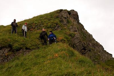 Pierre, Álfhildur, Erna og Viggó á leiðinni af Miðfellinu niður í Miðdal