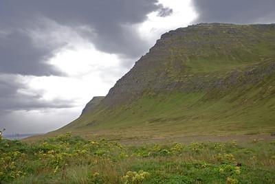 Horft að Miðfelli, Horn gægist fram á bak við