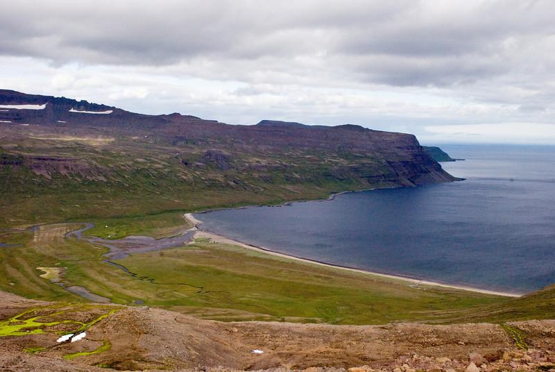 Horft yfir Furufjörð. Bolungarvíkurófæra er á leið út Furufjörð að norðanverðu