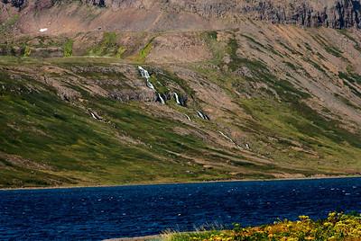 Í Hrafnfirði. Þarna upp lá leiðin yfir í Sópanda í Lónafirði.