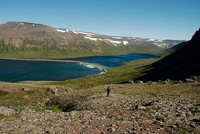 Rekavík bak Látur. Grjókambur heitir kamburinn sem skilur milli sjávar og vatns.